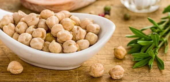 A bowl of dry chickpeas.